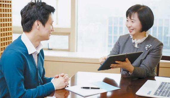 삼성화재 한 보험모집인(RC)이 태블릿PC를 활용해 고객과 상담을 하고 있다. [사진 삼성화재]
