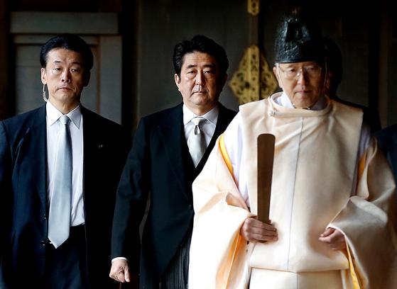 2013년 12월 26일, 일본 도쿄 야스쿠니 신사를 참배하는 아베 신조 일본 총리. [도쿄 로이터=뉴스1]