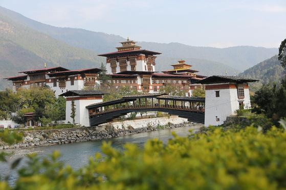 아름다운 푸나카종(Punakha Dzong). 기자와 동갑인 스님을 만난 곳이다.