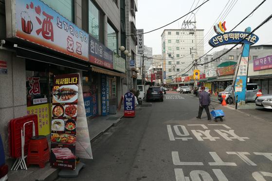 서울 신당동 '떡볶이 타운'(왼쪽) 에 호프집 등 다른 업종의 점포가 늘고 있다.[사진 우상조 기자]