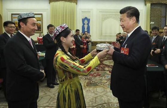 양회 기간 중 신장 대표단을 만나는 시진핑 주석 [사진 신화망]