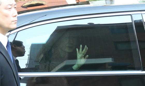 박근혜 전 대통령이 30일 삼성동 자택을 나와 법원으로 가면서 지지자들에게 손을 들어 인사하고 있다. 김춘식 기자