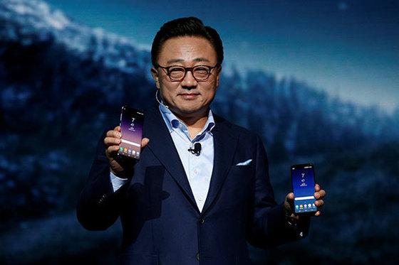 29일(현지시간) 미국 뉴욕 링컨센터에서 고동진 삼성전자 무선사업부 사장이 인공지능 '빅스비'를 탑재한 새 스마트폰 갤럭시S8을 소개하고 있다. [로이터=뉴스1]