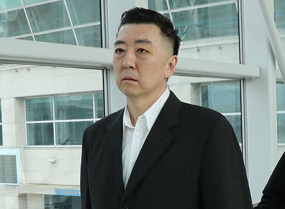 'BBK 주가조작 사건'으로 만기 출소한 김경준씨가 강제추방됐다. 김씨가 29일 인천공항에서 미국 로스앤젤레스행 여객기에 탑승하고 있다. 법에 따라 김씨는 앞으로 5년간 국내로 들어올 수 없다. [뉴시스]