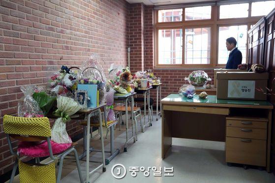 세월호가 1073일만에 인양된 23일 오후 한 교직원이 경기도 안산 단원고등학교 교장실에 보관중인 미수습 학생 및 교사 책상을 둘러보고 있다. 박종근 기자