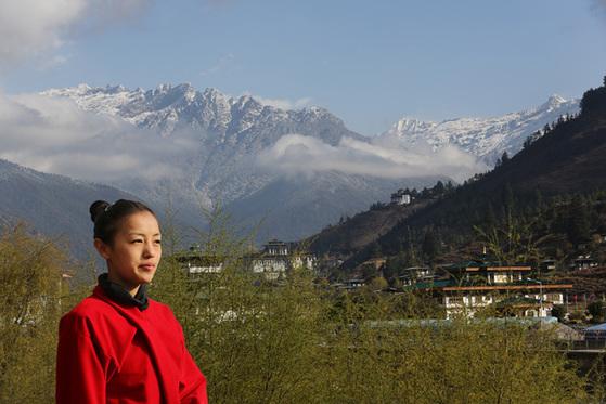 만년설 아래 빙하 물이 강을 이루는 곳에 부탄의 도시가 있고, 도시가 내려다보이는 곳에 곰파(사원)가 있다.
