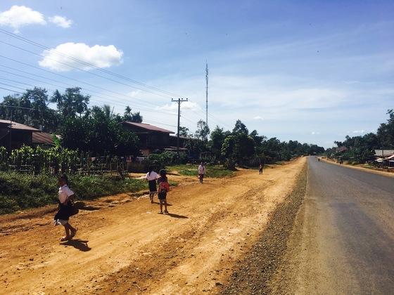 볼라벤 고원. 황토길을 달려 학교에 가는 아이들.