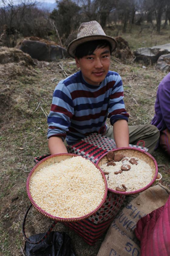 부탄의 고산마을 포지카에서 감자 심는 농부. 그들의 주식이자 귀한 음식을 여행자에게 건넸다.