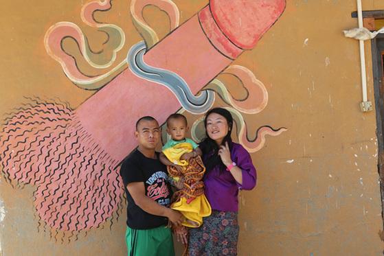 괴승 두룩파 쿤리의 전설을 간직한 치미 라캉 사원 아래서 만난 도르지와 샹게 그리고 딸 킬레초키. 이 마을에서 남근 벽화는 거의 벽지와 같다. 집집마다 남근을 그린 벽화와 남근석, 나무로 만든 남근상이 있다.