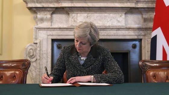 테리사 메이 영국 총리가 28일(현지시간) 런던 총리 관저에서 도날트 투스크 유럽이사회 상임의장에게 보낼 EU 탈퇴 서한에 서명하고 있다. [런던 AP=뉴시스]