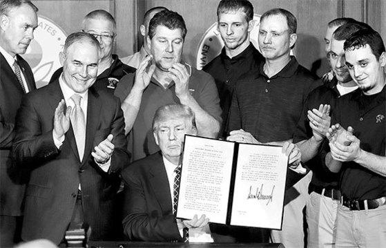 28일 트럼프 미 대통령(가운데)이 환경보호청에서 오바마 정부의 환경보호 조치를 철회하는 행정명령에 서명한 후 문서를 들어 보이고 있다. [워싱턴 AP=뉴시스]