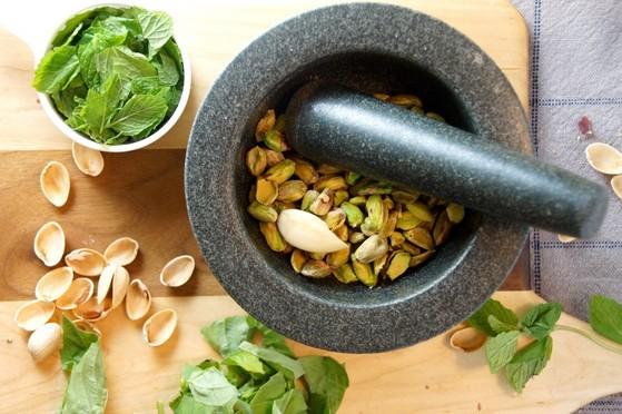 페스토를 만드는 데 흔히 쓰이는 잣 대신 피스타치오를 넣어 단백질 함유량을 높인다. [사진 strawberryplum 블로그]