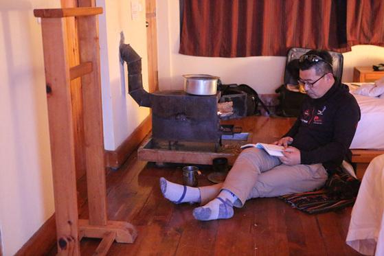 방 안에 설치된 장작 난로 앞에서 휴식. 부탄에서 가장 편안한 시간이었다.