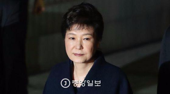 영장실질심사를 마친 박근혜 전 대통령이 30일 밤 서울중앙지법을 나서고 있다. 김상선