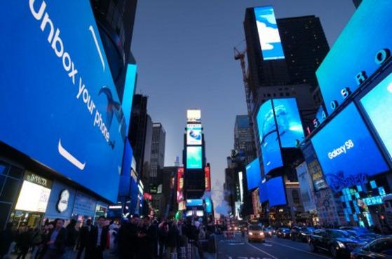 29일(현지시간) 저녁 미국 뉴욕 타임스퀘어 42개의 옥외광고판을 물들인 갤럭시 S8 광고 [사진 삼성전자 제공]