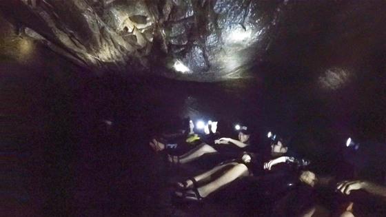 동굴 튜빙. 튜브를 타고 동굴을 탐험한다.