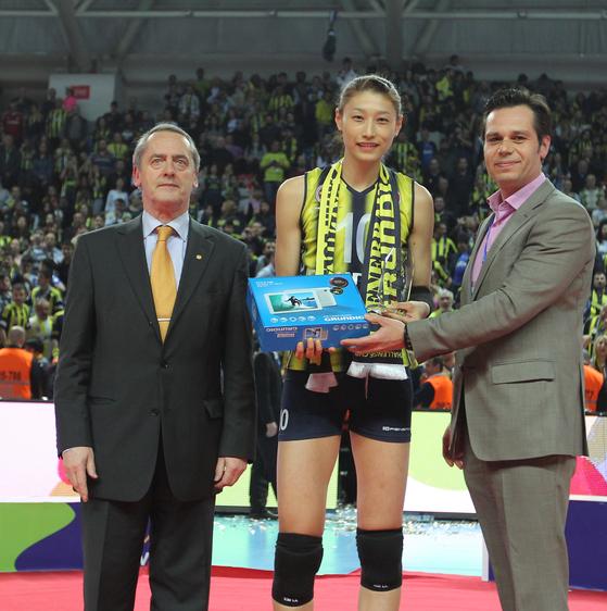 김연경(페네르바체)이 CEV컵 대회 최우수선수(MVP)로 선정돼 상을 받고 있다. [사진제공=CEV컵 홈페이지]
