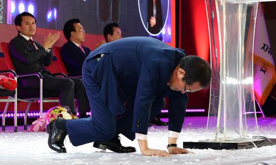홍준표 경남도지사가 31일 서울 중구 장충체육관에서 열린 자유한국당 대통령후보자 선출 전당대회에서 대선후보로 선출된 뒤 큰절을 하고 있다.