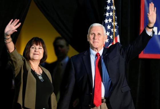 마이크 펜스 미국 부통령(오른쪽)과 그의 아내 카렌 펜스. [로이터=뉴스1]
