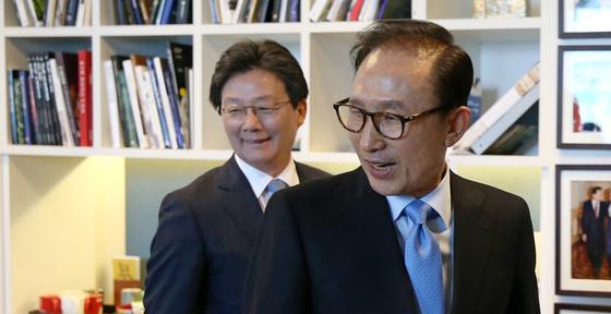 유승민 바른정당 대선후보(왼쪽)가 30일 오후 이명박 전 대통령을 예방했다. [사진 오종택 기자]