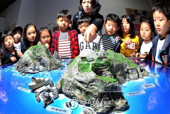 대전 유성구 대전교육과학연구원 독도 전시장을 찾은 초등학생들 모습.
