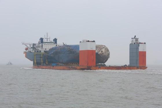 반잠수식 선박 화이트마린 호에 실린 세월호가 31일 오전 목포신항을 향해 마지막 항해를 하고 있다.