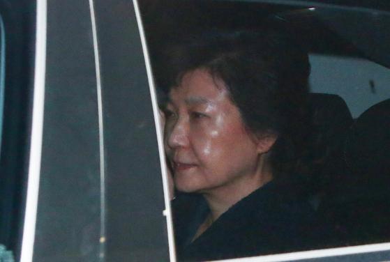 뇌물수수 등의 혐의로 구속영장이 발부된 박근혜 전 대통령이 31일 새벽 경기도 의왕시 서울구치소에 들어서고 있다. [뉴시스]