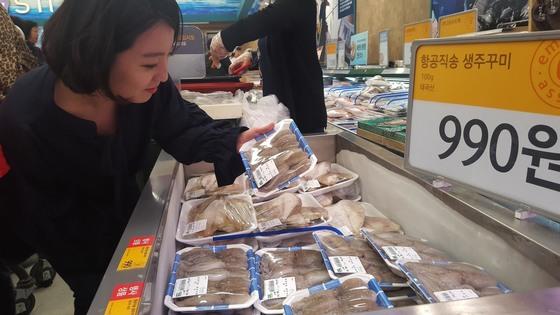 국내산 수산물 어획량이 크게 줄어들면서 가격이 오르자 값싼 수입산 수산물을 찾는 수요가 늘고 있다. 이마트에선 이달 28일부터 다음달 5일까지 태국산 주꾸미(100g)를 990원에 판매한다. [사진 이마트]