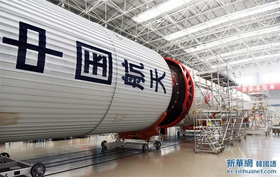 중국항천과학기술그룹 제1연구원에서 조립 중인 '창정 5호' 운반 로켓의 몸체 [사진 신화망]