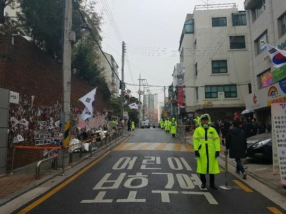서울 삼성동 박근혜 전 대통령 자택 앞이 31일 오전 텅 비어 있다. 여성국 기자
