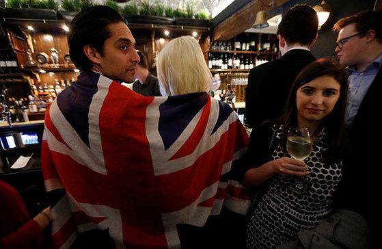 영국이 유럽연합(EU) 탈퇴를 EU에 통보한 지난 29일 런던의 한 맥주집에선 브렉시트 찬성파의 축하 파티가 벌어졌다. [로이터=뉴스1]