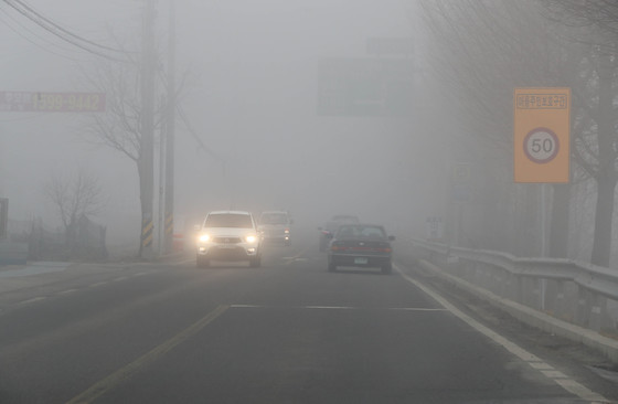 인천 강화군 도로가 28일 오전 미세먼지와 안개로 시계가 극히 불량했다. / 신인섭