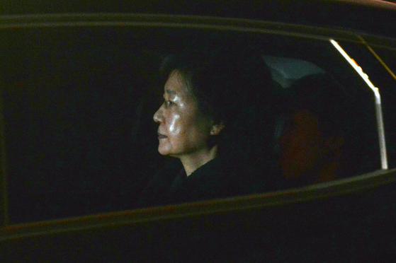 뇌물수수 등 혐의로 구속영장이 발부된 박근혜 전 대통령이 31일 새벽 서울구치소에 수감되기 위해 검찰차량을 타고 서초동 서울중앙지검을 나서고 있다. [뉴시스]