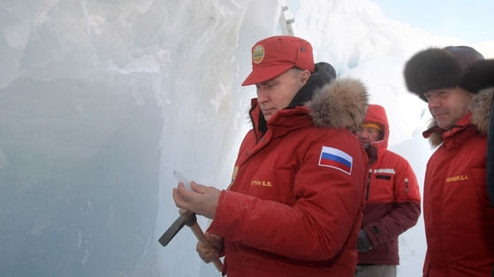 29일 북극을 방문한 블라디미르 푸틴 러시아 대통령(왼쪽)이 빙하를 둘러보고 있다. [로이터=뉴스1]