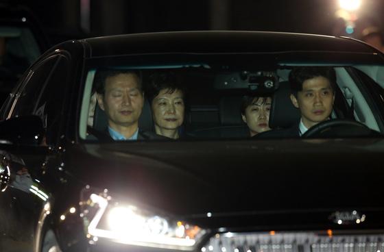 뇌물수수 등의 혐의로 구속영장이 발부된 박근혜 전 대통령이 31일 새벽 경기도 의왕시 안양판교로 서울구치소에 들어서고 있다. [사진공동취재단]