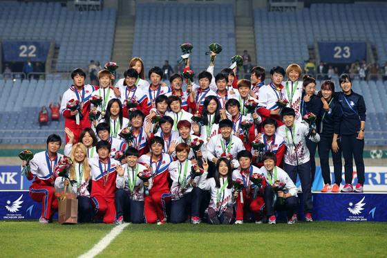 2014년 아시안게임 시상식에서 남북여자축구 선수들. 출처=대한축구협회
