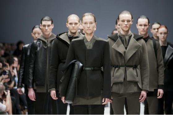 성별의 벽을 허무는 '젠더리스' 패션. 지난해 패션계의 화두였다. [FFT 캡처]아래는 구찌 패션쇼 영상.럭셔리 브랜드 구찌는 '젠더리스 패션'을 선도해 온 대표적인 업체다.