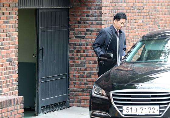 유영하 변호사는 지난달 29일 오후 1시10분 박근혜 전 대통령 자택을 방문했다.이후 2시간 동안 자택에 머물렀다. 유 변호사가 자택을 떠나고 있다. [사진 중앙포토]