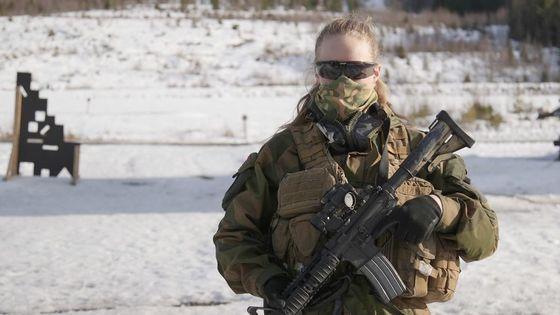 노르웨이 여군 특수부대 '샤낭분대(Hunter Troop)'에서 훈련 중인 예니케(19). [BBC 캡처]