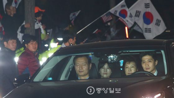 최순실 국정농단사건의 주범으로 구속된 박근혜 전 대통령이 지난달 31일 새벽 경기도 의왕시 서울구치소로 수감되는 가운데 박사모 회원들이 구속을 규탄하고 있다. [중앙포토]