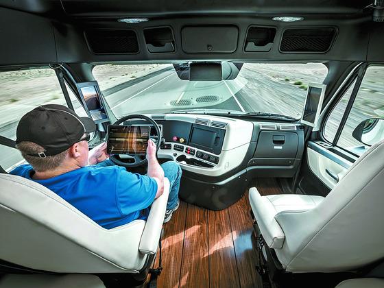 정보통신기술(ICT)의 발달에 따라 자동차는 물론, 냉장고를 비롯한 가전제품도 신문·TV 등 기존 미디어 못지 않게 디지털 콘텐트를 소비하는 미디어 플랫폼 역할을 하고 있다. 독일 다임러가 선보인 자율주행 트럭에서 운전자가 운전대를 잡는 대신 태블릿을 보고 있는 모습.  [중앙포토]