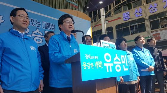 유승민 자유한국당 대선후보가 3일 서문시장에서 기자회견을 열었다. 유 휴보는 이날 보수의 적자임을 자임하며 지지를 호소했다. 대구=최우석 기자