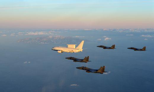 공중조기경보통제기 피스아이와 F-15K 전투기 편대가 울릉도 상공에서 전투초계비행을 수행하고 있다. [사진 중앙포토]