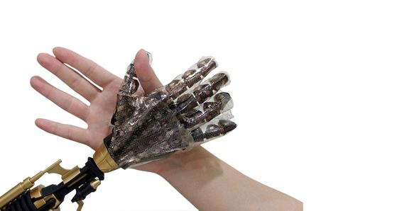 서울대가 2014년 개발한 전자피부. 로봇 손에 장갑처럼 씌울 수 있다. 사람의 손처럼 촉감을 느끼고 반응도 한다.  [사진제공=서울대]