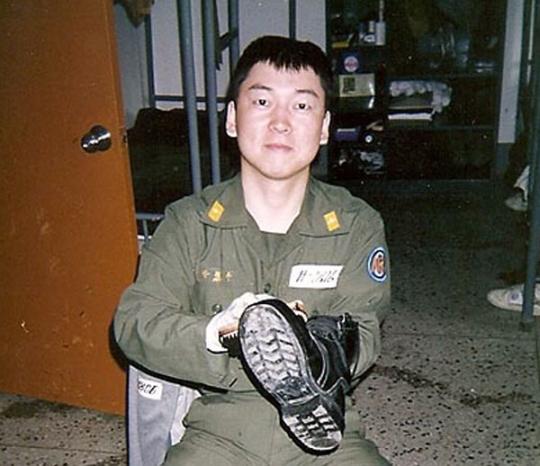 해군 군의관 안철수 전 대표는 해군 군의관으로 39개월간 복무했다. 1991년 훈련소에서 군화를 닦고 있다. [사진 안철수 캠프]