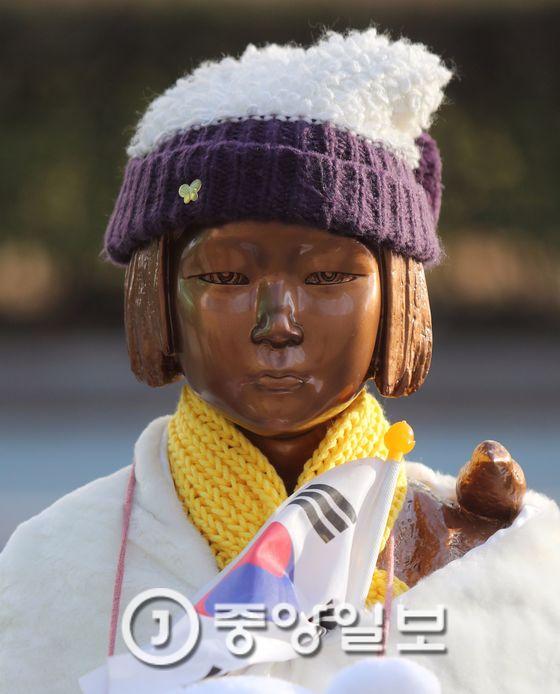4일 귀임하는 나가미네 야스마사 주한 일본대사는 황교안 대통령 권한대행 국무총리에 소녀상 문제 해결을 촉구할 방침으로 알려졌다. [중앙포토]
