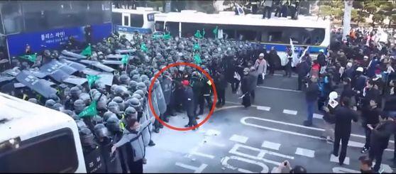 박 전 대통령 탄핵 반대 집회의 한 참가자가 경찰을 때리는 모습 [사진 유튜브 캡처]