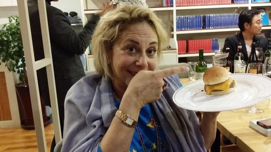 3일 오후 출간기념회에서 자신의 이름이 표시된 미니 햄버거를 들고 있는 모습.