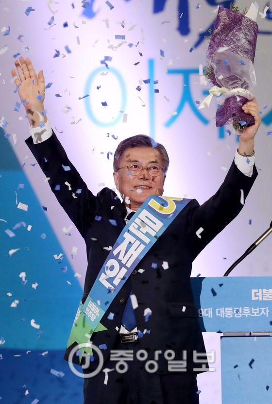민주당 대선 경선에서 누적 투표율 57%를 기록한 문재인 후보 [사진 중앙포토]