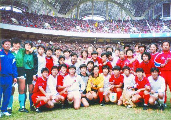 1990년 10월11일, 북한 평양의 능라도 5.1경기장에서 기념촬영을한 남북여자축구대표팀 선수들. 사진=이재형 축구자료수집가